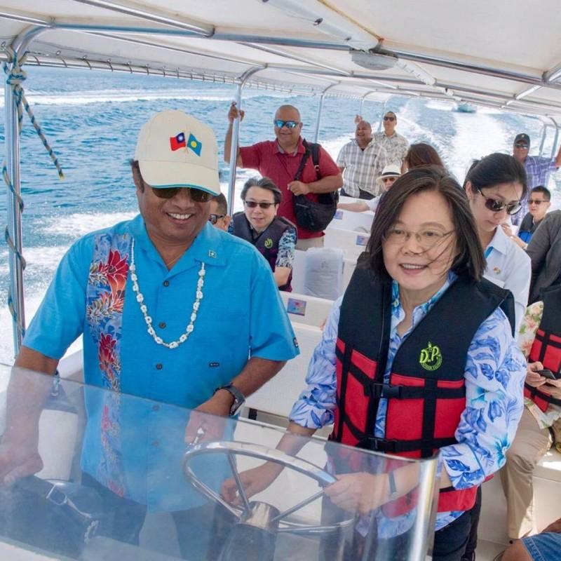 蔡英文分享了親自駕船的經驗,很享受乘風破浪的感覺。(圖取自蔡英文臉書)