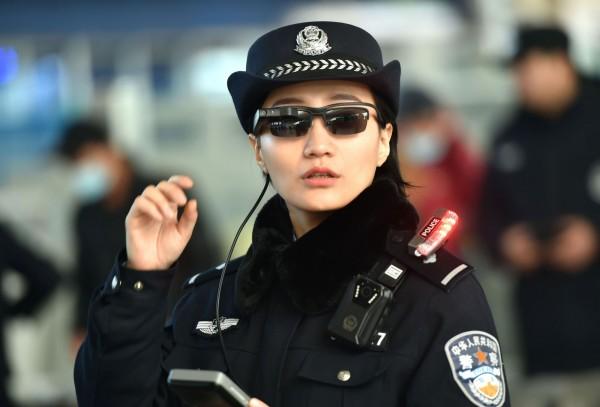 中國已有公安使用科技墨鏡執法。(法新社)