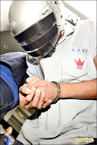 33歲水電工黃元鴻積欠30萬元卡債,12日到北市新東街73歲莊婦住處施工,竟將她殺害,再以砂輪機鋸開保險箱盜走6萬7000元。(記者陳志曲攝)