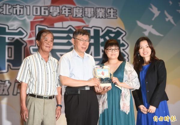 台北市各級學校106學年畢業生市長獎頒獎典禮3日在大安高工舉行,市長柯文哲出席頒獎。(記者方賓照攝)