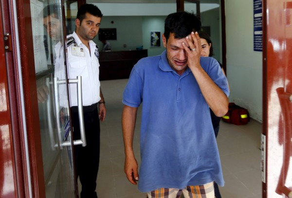 男童的父親是全家唯一生還的人,他悲傷地向媒體訴說一家人受難的經過。(路透)