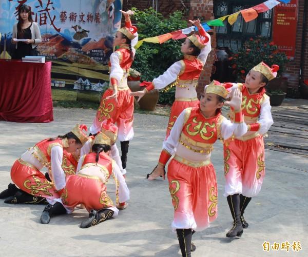 行政院規劃蒙藏委員會將在今年底吹熄燈號。圖為蒙藏委員會舉辦的蒙藏藝術文物展表演。(資料照)