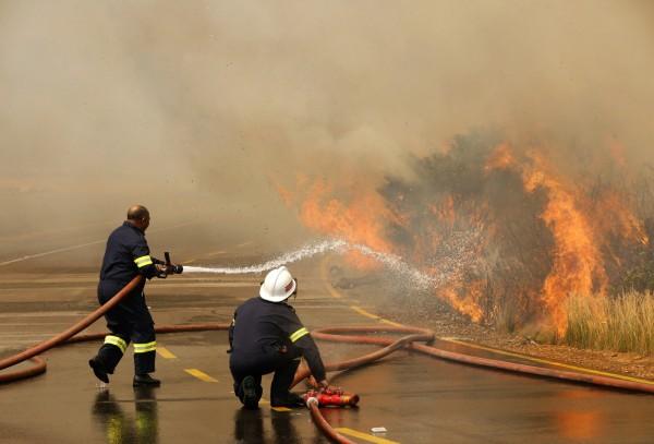 數百名消防員緊急救火,也有許多義消加入(路透)