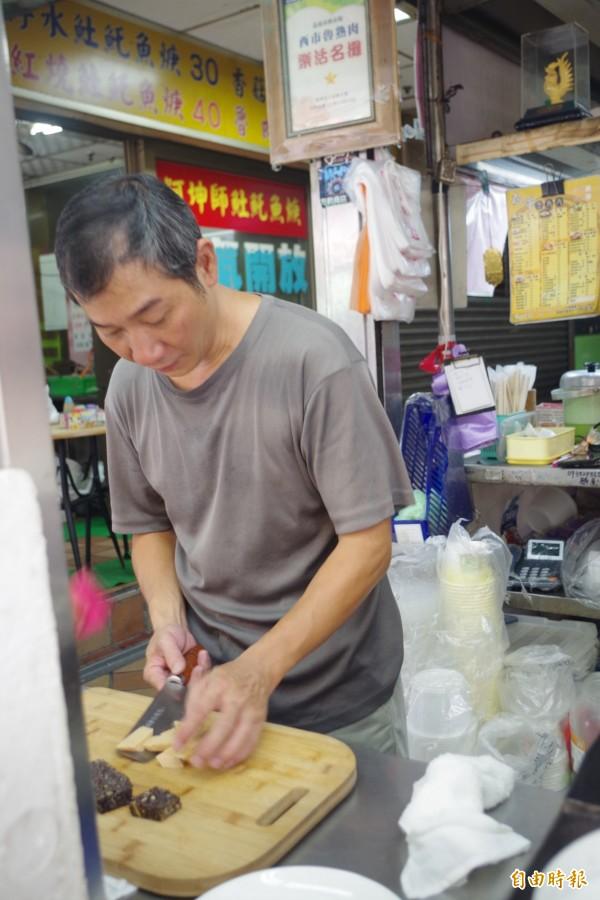 老闆蔡銘豐專注切魯熟肉。(記者王善嬿攝)