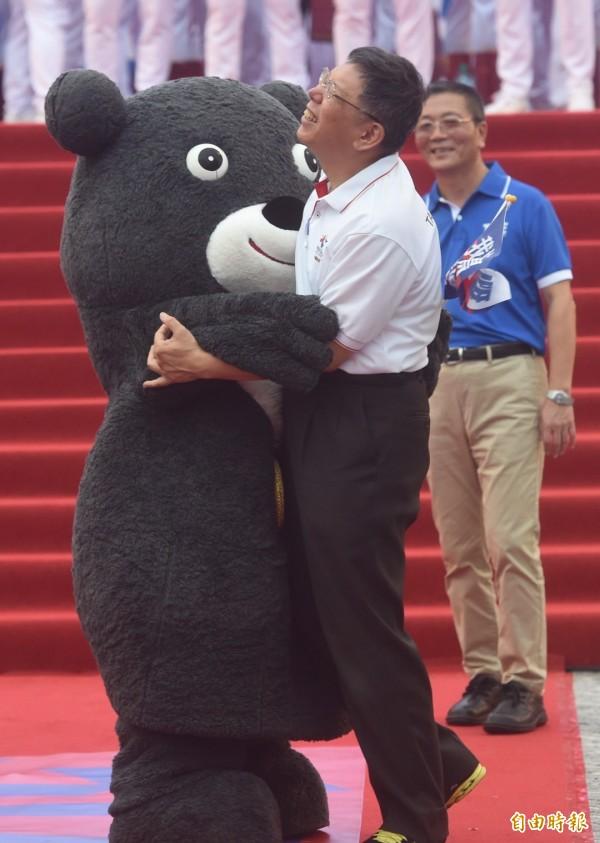 台北市政府前廣場擠滿人潮,迎接「台灣英雄」,熊讚給柯文哲一個熊抱。(記者簡榮豐攝)