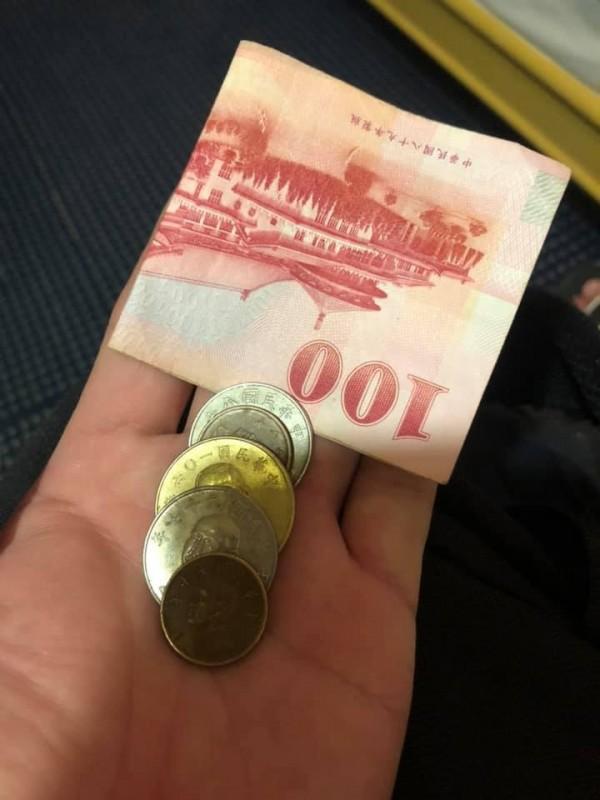 原PO給了女兒500元後,身上僅剩的錢,「只剩100多塊了,嗚嗚嗚」。(圖擷取自臉書社團「爆廢公社公開版」)