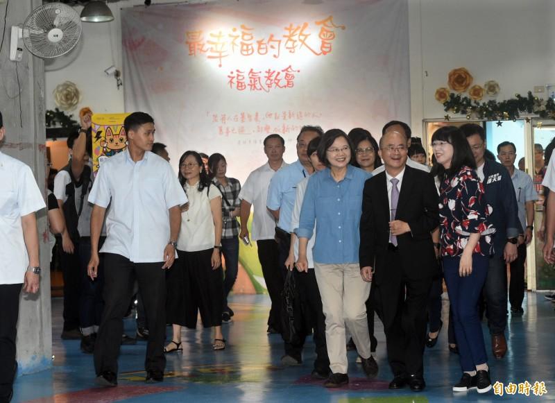 總統蔡英文今造訪高雄河堤社區福氣教會。(記者張忠義攝)