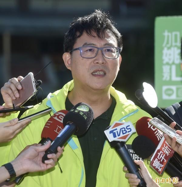 民進黨台北市長候選人姚文智29日下午受訪再度表態力挺邱議瑩,更砲轟韓國瑜「鬼扯」。(記者簡榮豐攝)