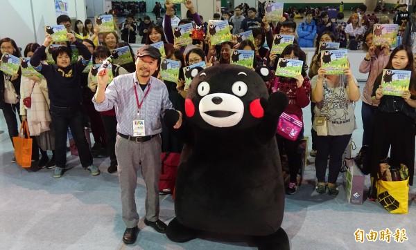 台北國際動漫節3日進入第二天,《KUMAMON與藍蜜蜂的夥伴們》作者葉山祥鼎(前左)舉辦來台首簽會,與熊本熊部長一同和粉絲合照。(記者簡榮豐攝)