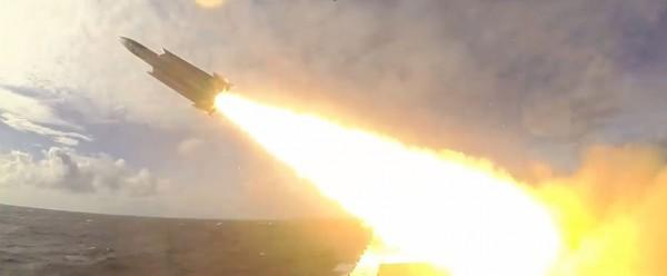 影片首度露出沱江艦方發射雄三超音速反艦飛彈的畫面。(圖擷自臉書)