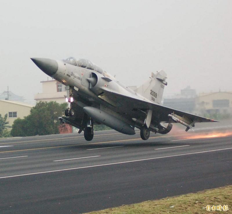 2007年漢光23號演習在花壇戰備道舉行戰機起降演練,圖為其中幻象2000戰機正離地起飛。(資料照)