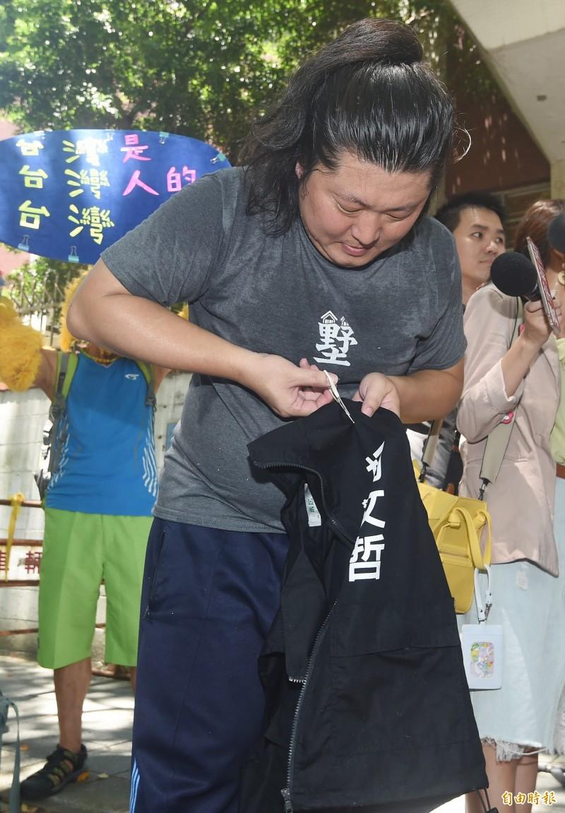 台灣民眾黨創黨成立大會6日舉行,網紅「音地大帝」(見圖)到場進行柯文哲周邊商品拋棄活動,當場剪破「白色的力量」書籍、競選背心等柯文哲競選小物。(記者廖振輝攝)