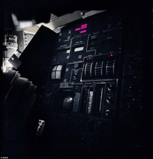 阿波羅13號發生意外,太空艙內能源全失,陷入一片黑暗。(圖擷自DailyMail)