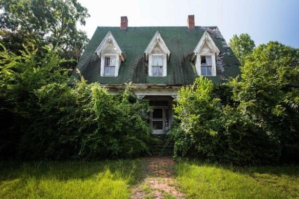 密西西比州一幢荒廢近30年的房屋,屋內的擺設都沒被動過,彷彿屋主只是離開一下子。(圖擷取自鏡報)