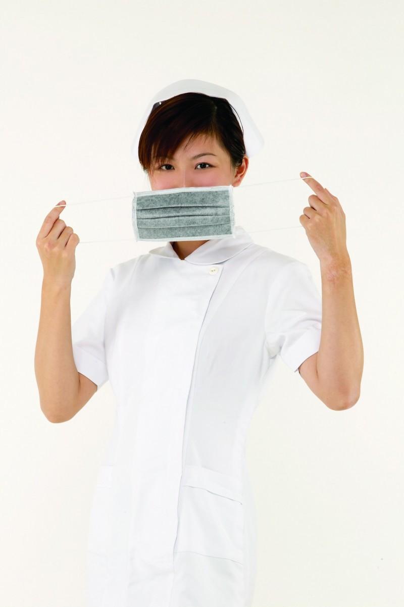 網路上流傳口罩會因身體狀況不同,而有不同戴法。對此,衛福部國民健康署闢謠,口罩的正確戴法只有一種,若沒有正確配戴口罩,防護效果會下降。(示意圖)