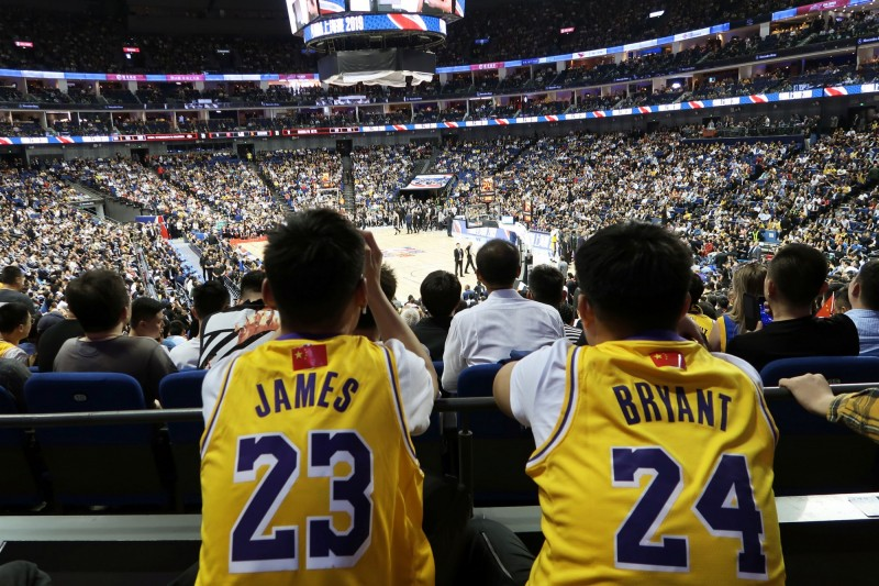 NBA中國熱身賽昨日照常在上海舉行,現場幾乎座無虛席,完全不見強制抵制跡象。(法新社)