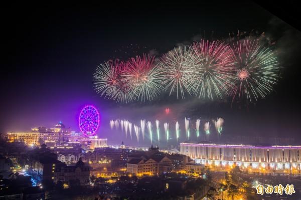 五彩燦爛的煙花在空中綻放,讓夜空增添美麗色彩。(記者張忠義攝)