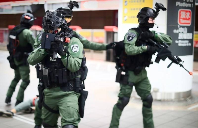 維安特勤隊裝備穿戴完整,穿梭在北捷月台間。(圖擷取自NPA署長室)