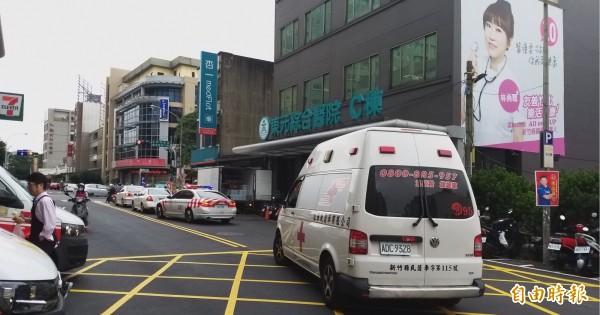 國道警車開道,陪同王黃警員從東元醫院轉林口長庚,把握黃金搶救時間。(記者廖雪茹攝)