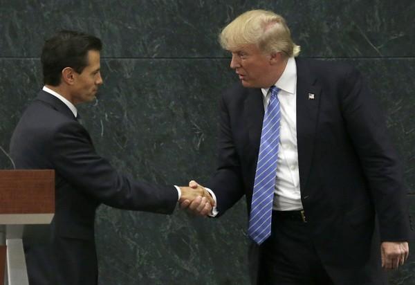 川普侵門踏戶,到墨西哥與潘尼亞尼托會面時仍提美墨邊界築牆一事,民眾對潘尼亞尼托姿態放軟、未要求川普道歉一事感到憤怒,其聲望再度下跌。(美聯社)