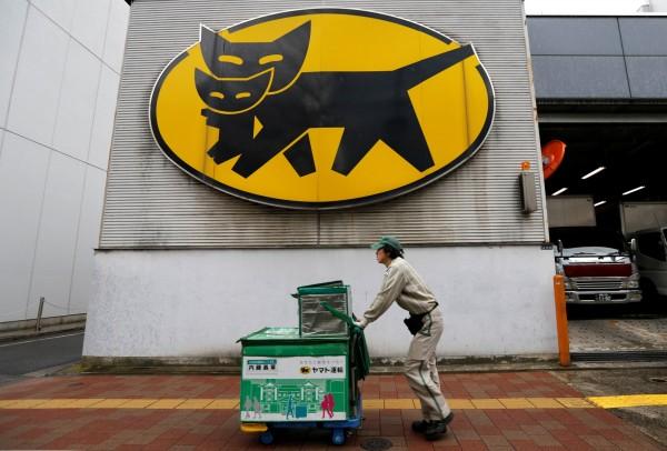 日本岐阜县一名60岁的女性快递员,只因「懒惰不想送」,竟将负责的邮件物带回家中囤积。(路透)