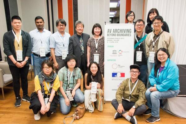 東南亞暨太平洋影音資料館協會主席 Irene Lim(後排左5)與井迎瑞榮譽教授(後排左4)與國立台南藝術大學團隊音像紀錄與影像維護研究所師生合影。(圖:南藝大提供)