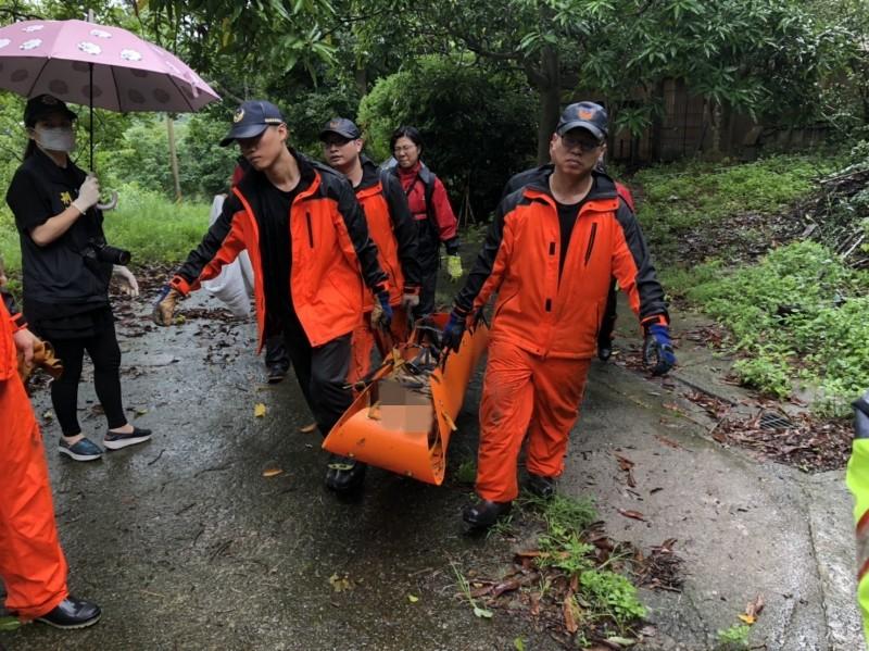 老翁遺體今早被發現,救護人員從深谷運上。(記者鄭名翔翻攝)