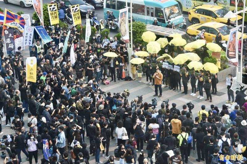 為聲援12港人,由在台港人組成的公民團體「香港邊城青年」今下午發起「台灣撐香港遊行」。(記者羅沛德攝)