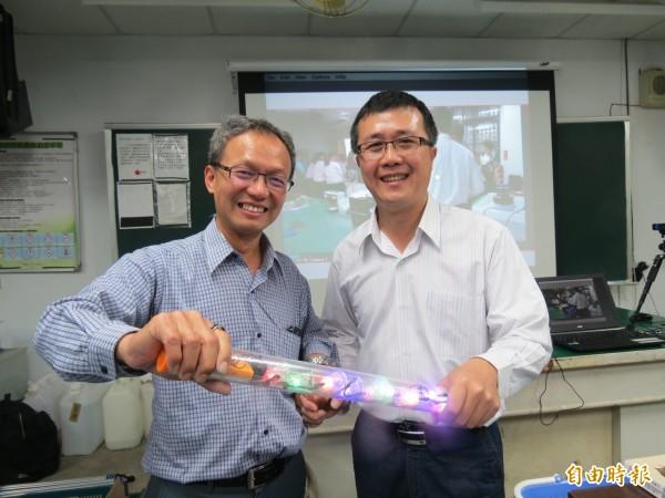 退休教師蘇裕年(左)與王昭富揪團fun魔法,到學校用趣味方式教科學。(記者蘇孟娟攝)
