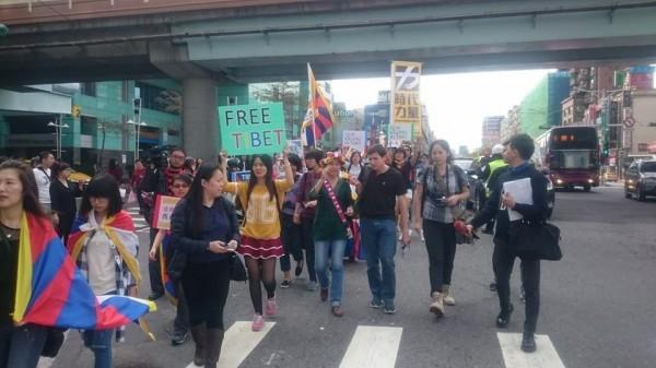 西藏抗暴日遊行有許多民眾上街聲援。(圖擷自時代力量臉書)