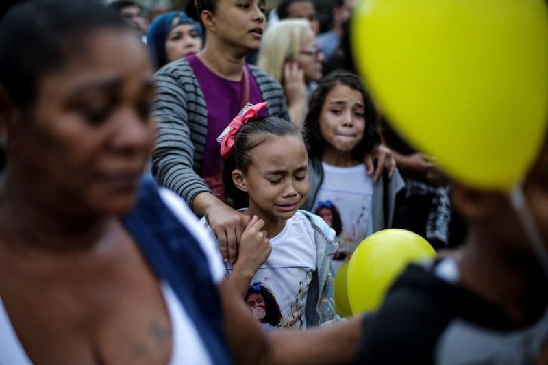 2名女孩在阿加莎的喪禮上哭泣。(歐新社)