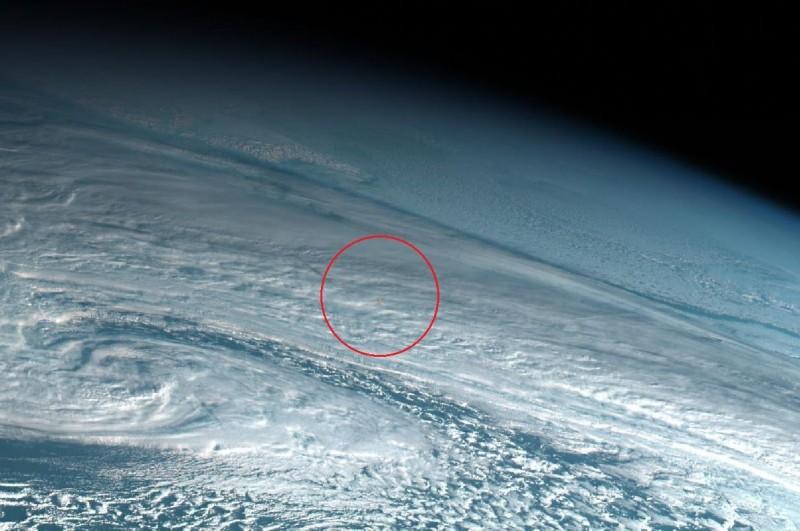 科學家發現去年12月於白令海上空爆炸的流星,其威力相當於廣島原子彈的10倍。紅圈中的橙點即是該流星進入大氣層後的狀況。(圖擷自@simon_sat推特)