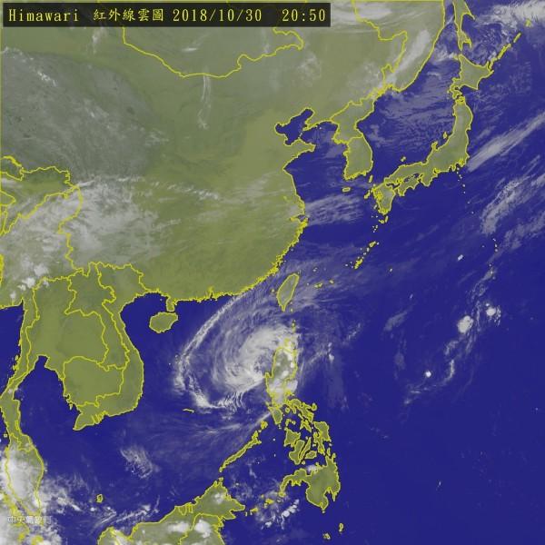 目前玉兔颱風位於台灣南方海面,其外圍環流影響台灣北部、東部。(圖擷取自中央氣象局)