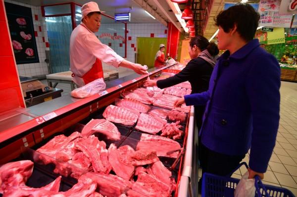 中國對進口豬肉需求增,加上素來有食用整隻動物的文化,對美國的畜牧業者是一大福音。圖為中國賣場。(法新社)