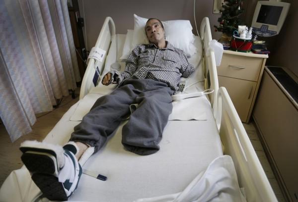 50歲的康斯坦丁左臂、膝蓋以下的左腳和左耳都被活生生的被這群惡犬啃食,判決在這個月出爐,飼主判賠巨額罰款1億美元。(美聯社資料照)