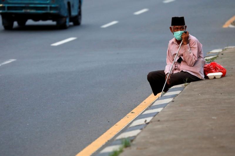 印尼3月初才出現首位確診病例,感染率卻在這幾週激增,專家預估該國下月將來到疫情的高峰。(路透)