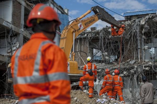 印尼蘇拉威西島強震海嘯造成2010人罹難,仍有5000人下落不明,但當局決定於明天(11日)結束救援與搜索行動。(美聯社)