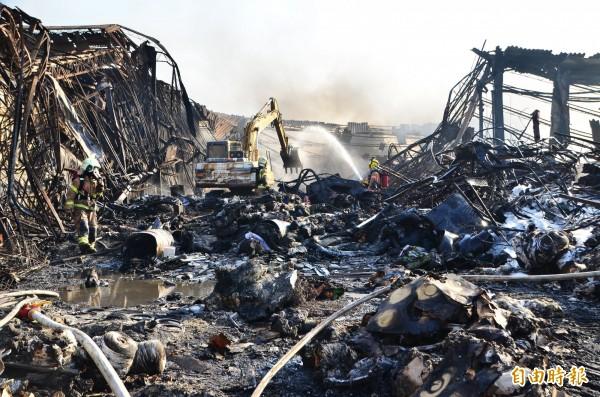 消防人員全力撲滅火勢,但廠房燒得全毀。(記者吳俊鋒攝)