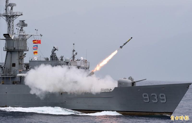 海軍一連兩天在花蓮外海進行戰備任務訓練,22日進行海空聯合反潛操演,宜陽艦對水下目標實施反潛火箭攻擊。(記者廖振輝攝)