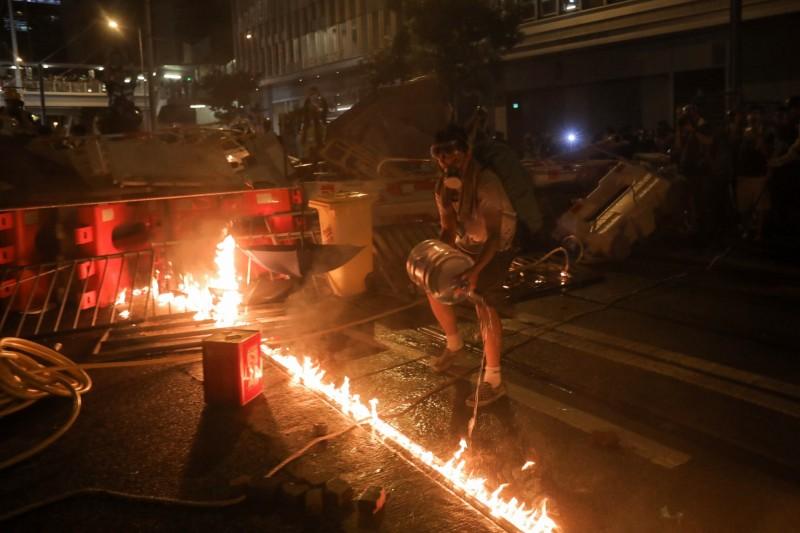 示威者多次在警總外的路障淋油點火,現場冒出大量黑色濃煙。(歐新社)