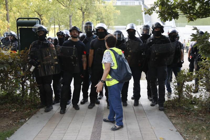 巴黎警方動員超過7500名警力與憲兵嚴陣以待。(法新社)