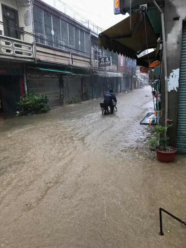 颱風尼莎帶來強降雨,屏東多處時雨量達100毫米,多個沿海鄉鎮傳淹水。圖為枋寮鄉淹水情形。(民眾提供)