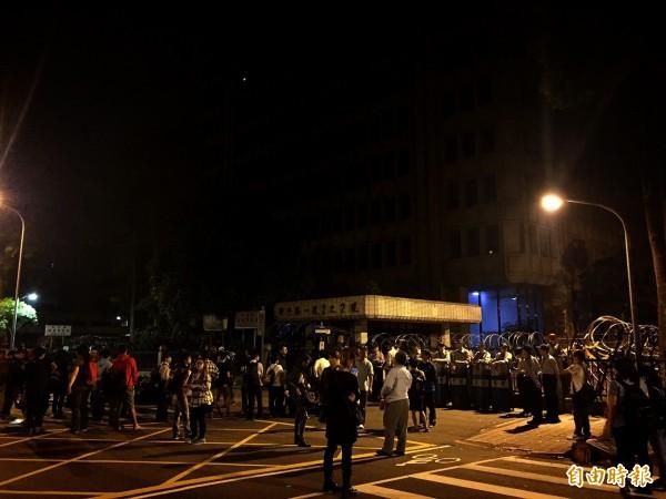 抗議學生陸陸續續抵達位於濟南路的中央部會聯合辦公大樓,警力也早已在此部署。(記者吳張鴻攝)