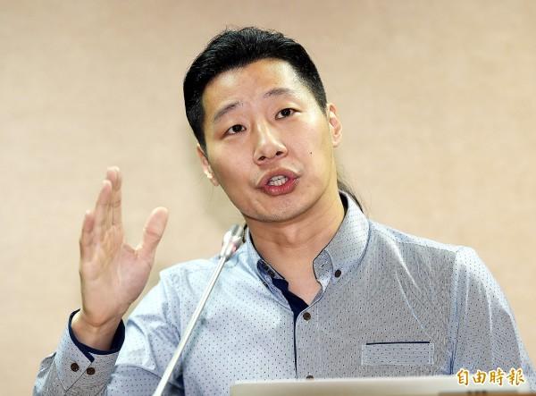 對於馬英九和空姐牽手跳舞,林昶佐說,幕僚應該要阻止,不應該讓他丟台灣人的臉。(記者方賓照攝)