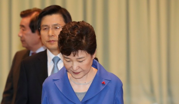 南韓總統朴槿惠因「閨密干政門」等醜聞遭彈劾停職,其所屬政黨新世界黨也被拖累,民調直落。(路透)