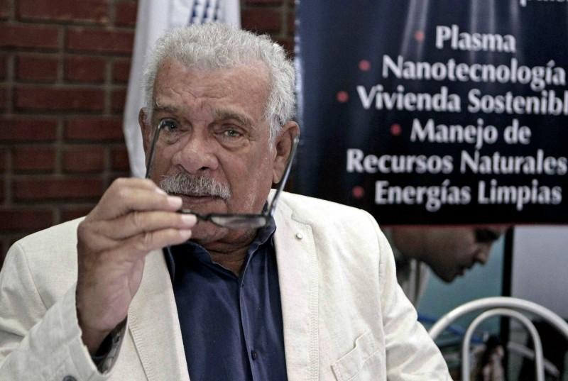 作家顏擇雅表示,聖露西亞是全世界人均諾貝爾獎得主數最高的國家,非常厲害。圖為曾獲諾貝爾文學獎的聖露西亞籍詩人Derek Walcott。(歐新社)