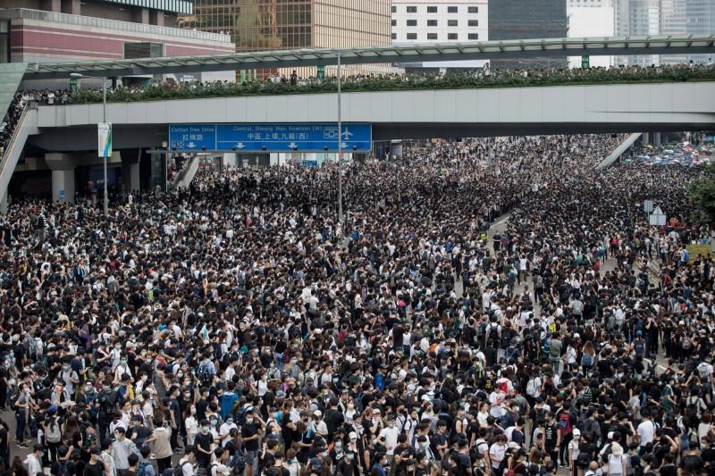香港中文大學教授蔡玉萍向特首林鄭月娥、各政府高官及議員喊話,表示「香港的未來在你們手上,青春的生命能否綻放,在你們的一念之間」。圖為香港反送中抗議現場。(歐新社)