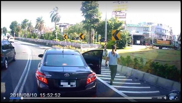 女子在車輛稍微減速後竟直接下車向路邊走去。(圖擷取自爆廢公社)