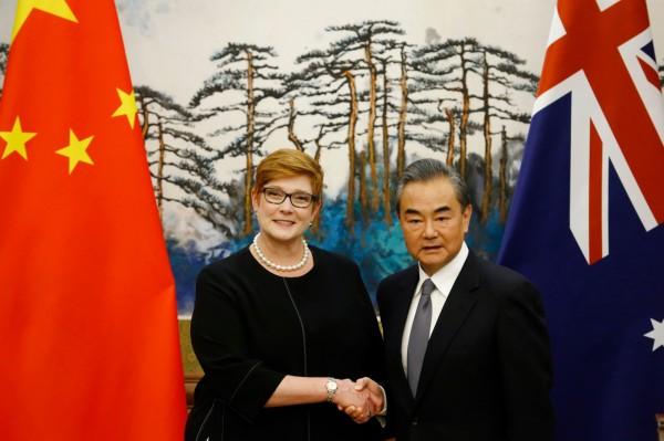 澳洲外交部長潘恩(左)今與中國外交部長王毅(右)的會面中,關切新疆再教育營問題。(法新社)