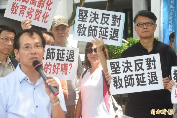 全國教育產業總工會5日舉行「反對民進黨立委提出教師延退方案」記者會。(記者叢昌瑾攝)